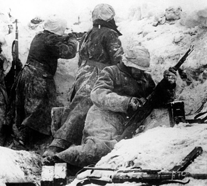 Солдаты войск СС ведут бой в окрестностях бельгийского города Бастонь. Декабрь 1944 г.