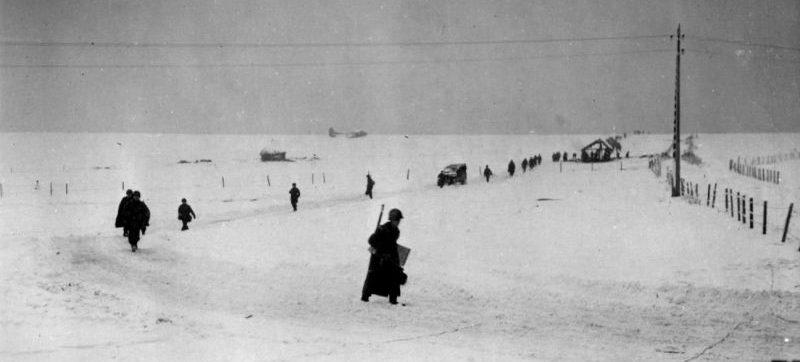 Парашютисты американской 101-й десантной дивизии готовятся к атаке немецких позиций в районе Бастони. Декабрь 1944 г.
