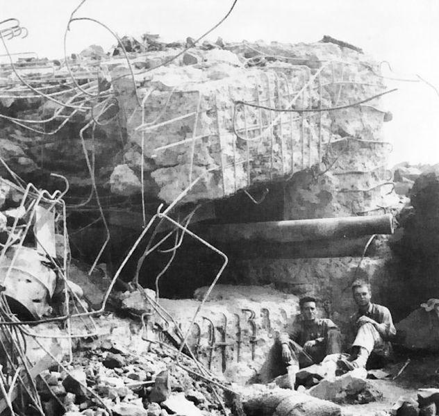 Разрушенный японский ДОТ на Иводзиме.