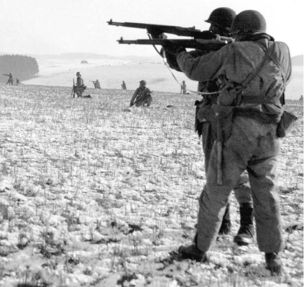 Американские десантники близ Бастони. Декабрь 1944 г.