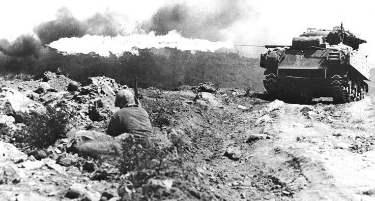 Шерман с огнемётной установкой в бою.