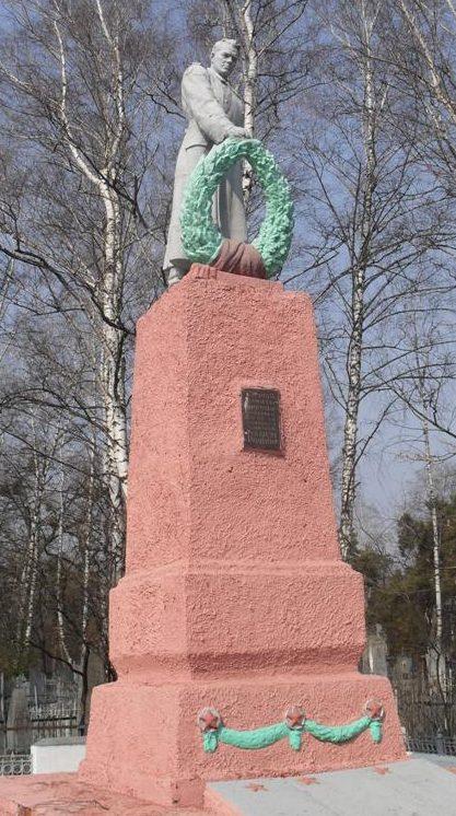 г. Ахтырка. Памятник на центральном кладбище, установленный на братской могиле советских воинов.