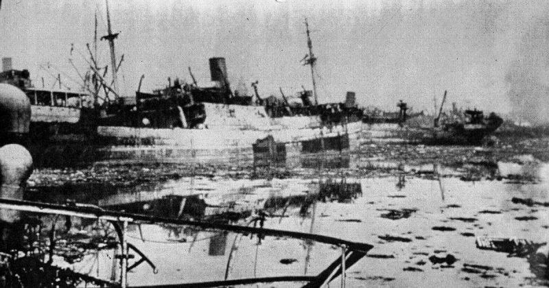 Обломки, плавающие в доках после взрывов.
