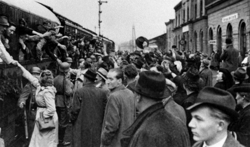 Проводы мобилизованных люксембуржцев в нацистскую армию. 1942 г.