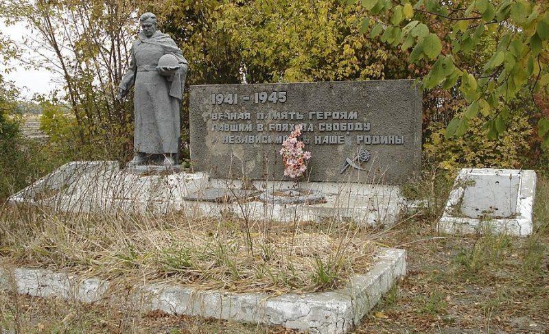 с. Екатериновка Великописаревского р-на. Памятник, установленный на братской могиле советских воинов, среди которых похоронен Герой Советского Союза Левченко В.Г.
