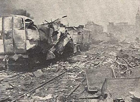 Поврежденные вагоны и складские помещения в порту.
