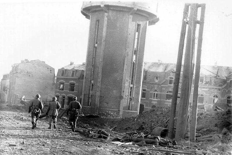 Десантники на руинах Бастони. Декабрь 1944 г.