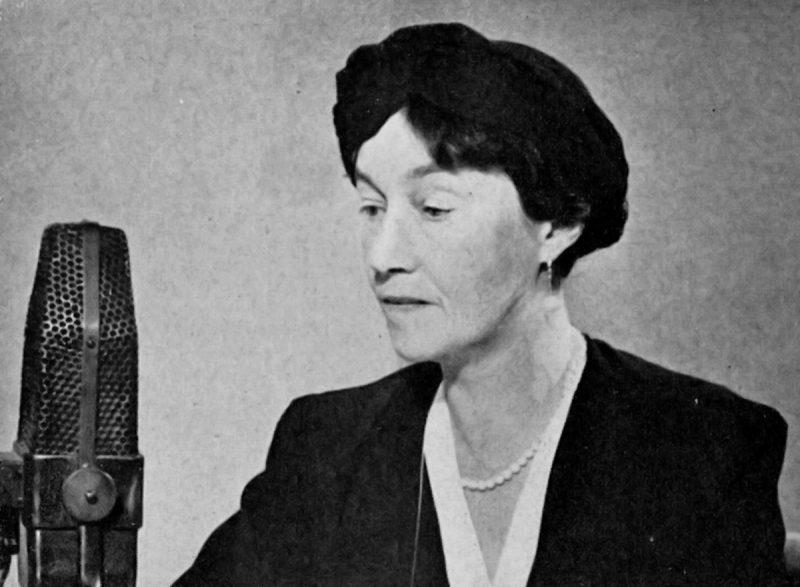 Великая герцогиня Люксембурга Шарлотта у микрофона радио ВВС, которое регулярно вещало из Лондона в Великое герцогство 1942 г.
