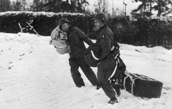 Бойцы 101-й воздушно-десантной дивизии собирают сброшенные с воздуха припасы во время осады Бастони. Декабрь 1944 г.