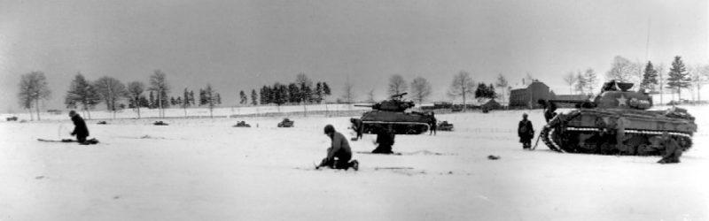 Солдаты и танки 6-й бронетанковой дивизии под Бастонью. Декабрь 1944 г.