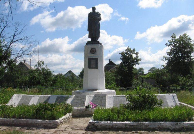 с. Ивановка Великописаревского р-на. Мемориал воинам, погибшим в годы войны.