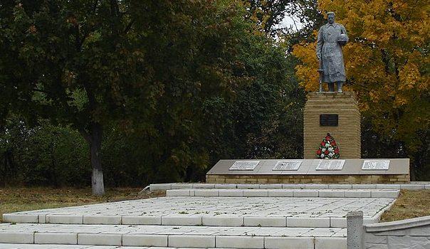 с. Катанское Великописаревского р-на. Памятник, установленный на братской могиле советских воинов и памятный знак воинам-землякам.