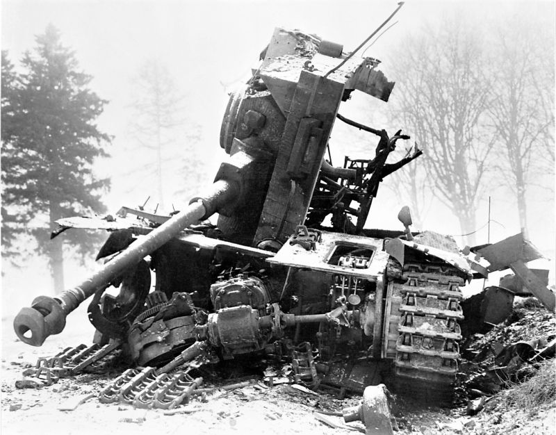 Немецкий танк Pz.Kpfw. IV Ausf. H, уничтоженный американской противотанковой артиллерией в ходе обороны города Бастонь. Декабрь 1944 г.