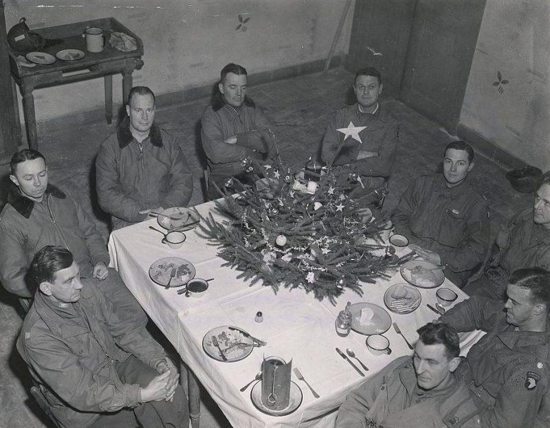 Бригадный генерал Энтони МакОлифф и его сотрудники в казармах Хайнца в Бастони на рождественском обеде. Декабрь 1944 г.