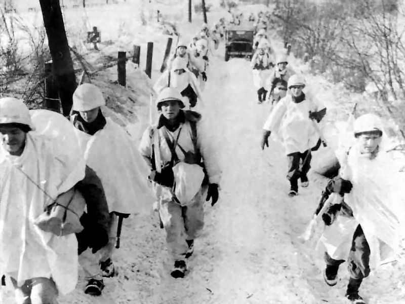Колонна американских войск в районе города Бастонь. Декабрь 1944 г.