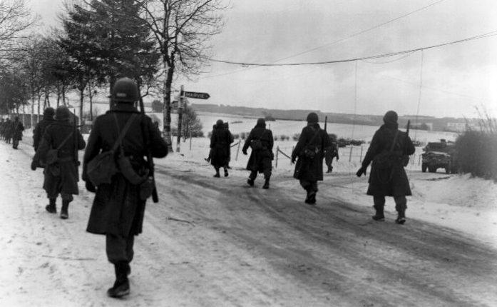 Бойцы 101- воздушно-десантной дивизии выходят из Бастони после десяти дней осады. Декабрь 1944 г.