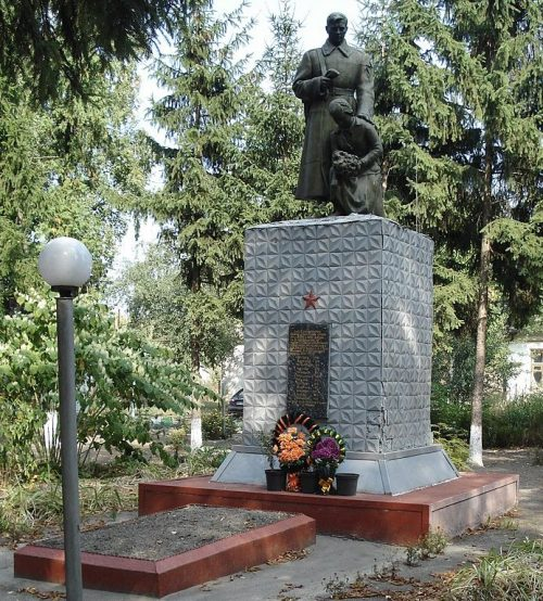 п. Кириковка Великописаревского р-на. Памятник на территории сахкомбината, установленный на братской могиле советских воинов.