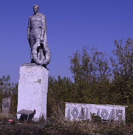 с. Майское Великописаревского р-на. Памятник у могил советских воинов.
