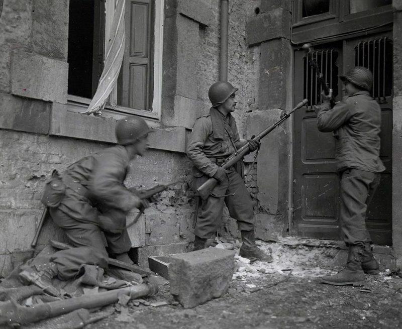 Американцы из 117-го пехотного полка штурмуют дом с немецким снайпером. Ставло, Бельгия, декабрь 1944 г.