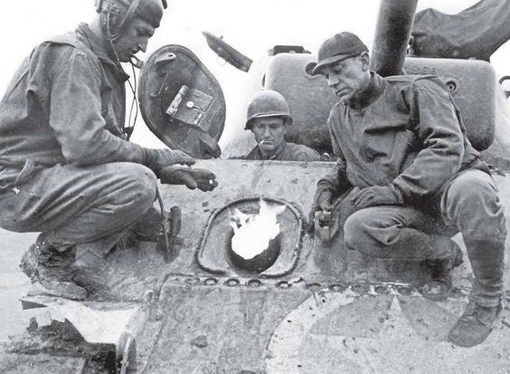 Экипаж танка M4A3 Sherman готовит огнемет для использования против немецких укреплений. Люксембург, Ноябрь 1944 г.