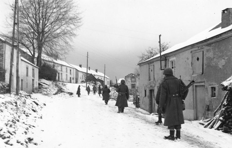 Американцы в поисках немецких снайперов на улице Мойрси, Бельгия. Декабрь 1944 г.