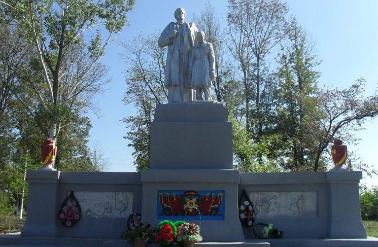Памятник советским воинам.