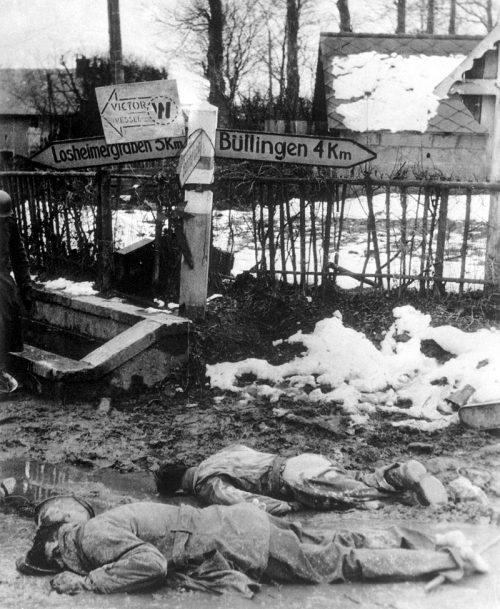 Погибшие американские солдаты на перекрестке дорог в Хонсфельде, Бельгия. Декабрь 1944 г.