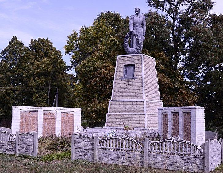 с. Рябина Великописаревского р-на. Памятник, установленный на братской могиле советских воинов и памятный знак воинам-землякам.