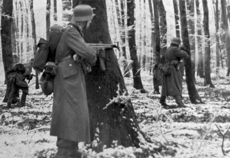 Немецкие фольксгренадеры в лесу Люксембурга. Декабрь 1944 г.