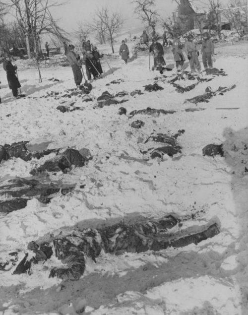 Тела убитых немцами американских пленных, сфотографированные при расследовании «бойни у Мальмеди». Декабрь 1944 г.