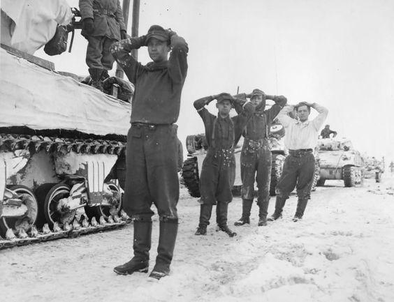 Захваченные немцы в плен в Арденнах. Декабрь 1944 г.
