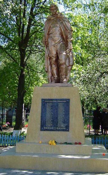 с. Солдатское Великописаревского р-на. Памятник, установленный на братской могиле советских воинов, погибших в августе 1943 года при освобождении села.