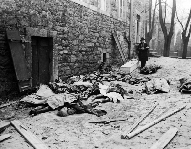 Бельгийские мирные жители, погибшие во время германского контрнаступления на Люксембург и Бельгию. Тела собраны для опознания. Декабрь 1944 г.