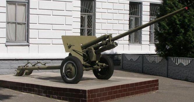 г. Сумы. Памятник-пушка у входа в военный лицей.