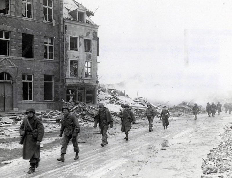 Воины американской 30-й пехотной дивизии в Мальмеди, который по ошибке был уничтожен американскими бомбардировщиками. Декабрь 1944 г.