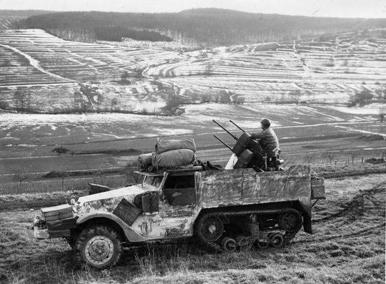 Американская передвижная зенитная установка недалеко от Канаха. Декабрь 1944 г.