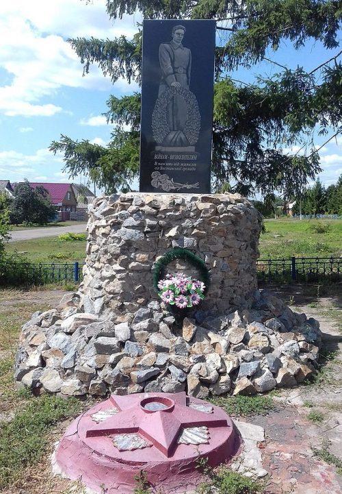 с. Высокое Ахтырского р-на. Памятник воинам-землякам и братская могила советских воинов.