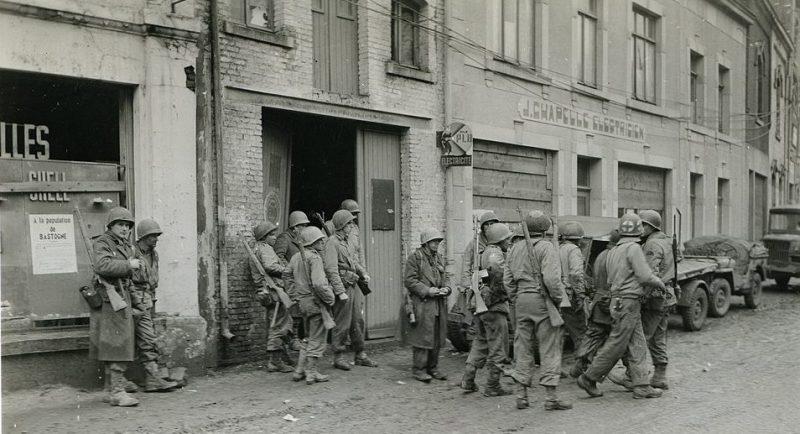 Американские пехотинцы в Бастоне. Декабрь 1944 г.