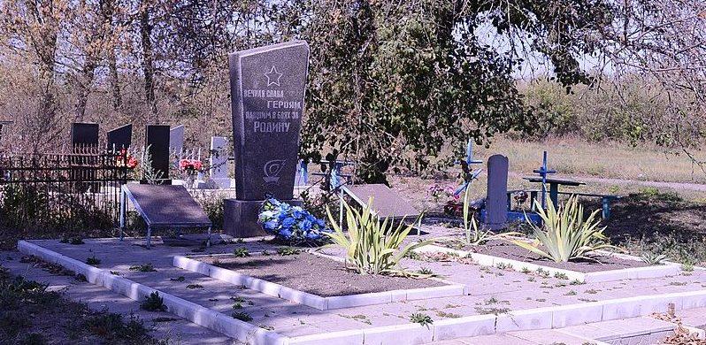 с. Яблочное Великописаревского р-на. Братская могила советских воинов на кладбище.