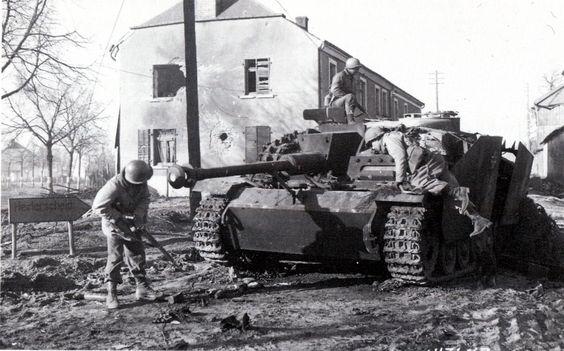 Танкисты 702-го американского танкового батальона осматривают сгоревший немецкий танк PzKfpw V в Хайдершайде. Декабрь 1944 г.