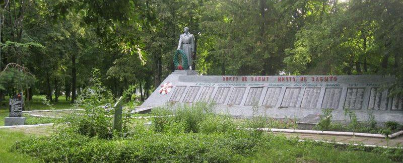 с. Грунь Ахтырского р-на. Братская могила воинов, партизан, мирных жителей и памятный знак погибшим односельчанам.