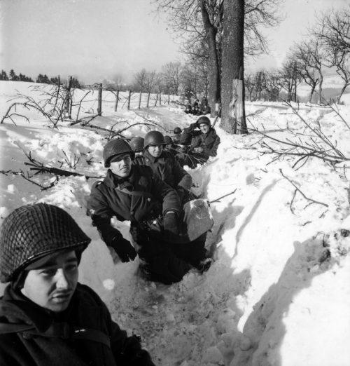 Американские солдаты в снеговом окопе в Арденнах. Декабрь 1944 г.