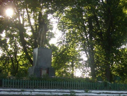 с. Куземин Ахтырского р-на. Памятник, установленный на братской могиле советских воинов, погибших при освобождении села.