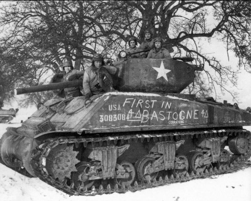 Экипаж танка позирует для фото. Декабрь 1944 г.