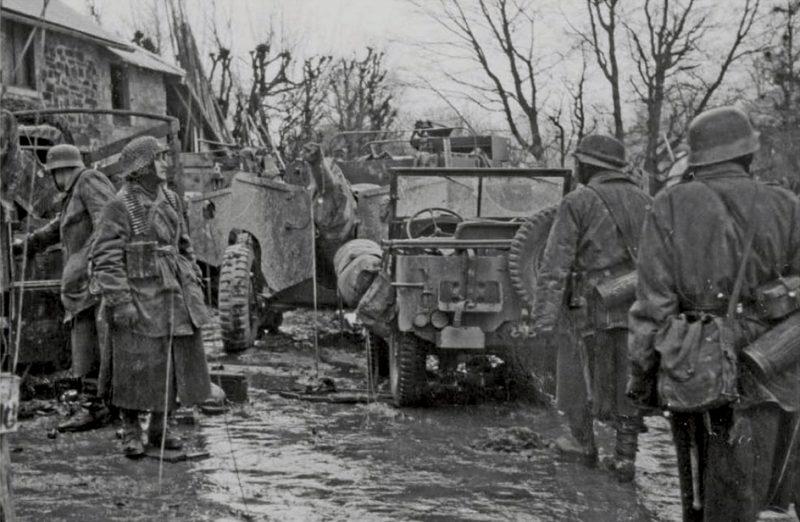Панцергренадеры 1-й танковой дивизии СС осматривают брошенную американскую технику в Хосфилде, Бельгия. Декабрь 1944 г.