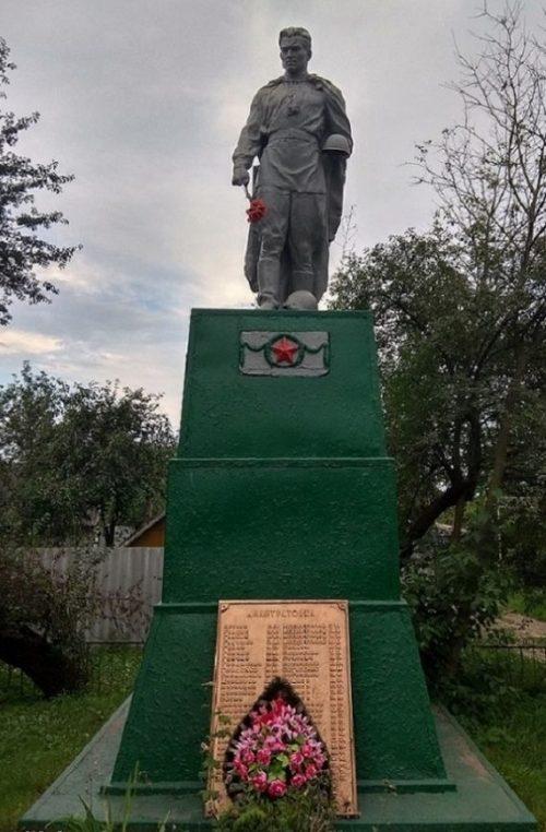 с. Лантратовка Ахтырского р-на. Памятник, установленный в 1959 году на братской могиле, в которой похоронено 17 советских воинов и памятный знак воинам-землякам.