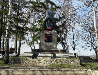 с. Малая Павловка Ахтырского р-на. Памятник, установленный на братской могиле воинов, погибших в боях за село и памятный знак погибшим односельчанам.