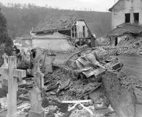 Танк Sherman из 707-го танкового батальона, подбитый под Клерво. Январь 1945 г.
