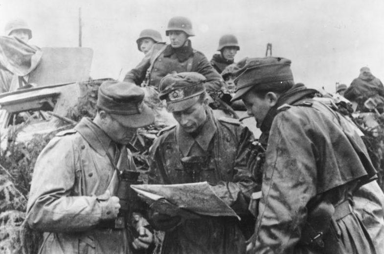 Немецкие офицеры перед атакой. Декабрь 1944 г.