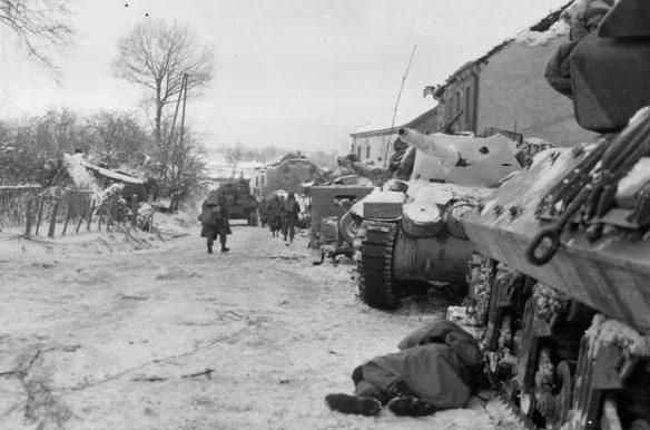 Колонна танков США в разрушенной деревушке. Январь 1945 г.